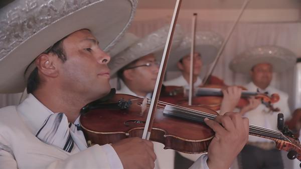 Zum Totenfest spielen die Mariachi-Musiker. | Rechte: rbb/Anne Misselwitz