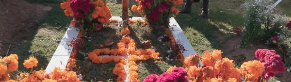 Die ganze Familie kommt am Grab von Opa zusammen.   Rechte: rbb/Anne Misselwitz