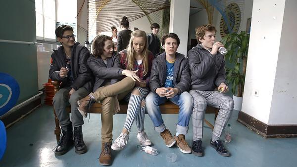 Maxi und die anderen Kinderdarsteller am Set machen Pause vom Dreh. | Rechte: KiKA