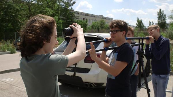 In der Video AG bereiten sich Maxi und seine Freunde auf einen Filmdreh vor. | Rechte: KiKA