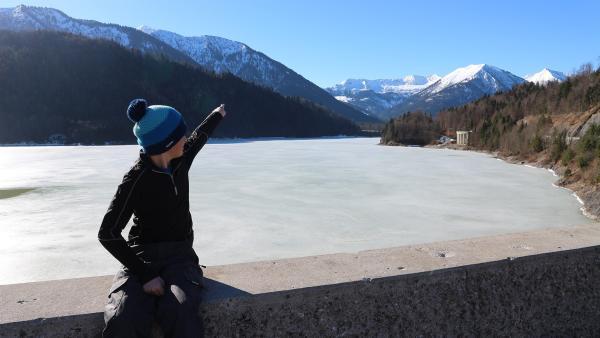 Beni zeigt uns die Berge.   Rechte: rbb/Juliette Planitzer