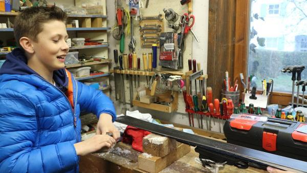 Die Skier müssen regelmäßig gewachst werden. Beni macht das selbst in der Werkstatt.   Rechte: rbb/Juliette Planitzer