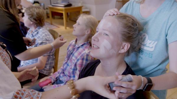 Daria wird für ihren Auftritt bei der Premiere geschminkt. | Rechte: RB