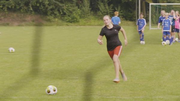 Daria spielt auch leidenschaftlich gerne Fußball. | Rechte: RB