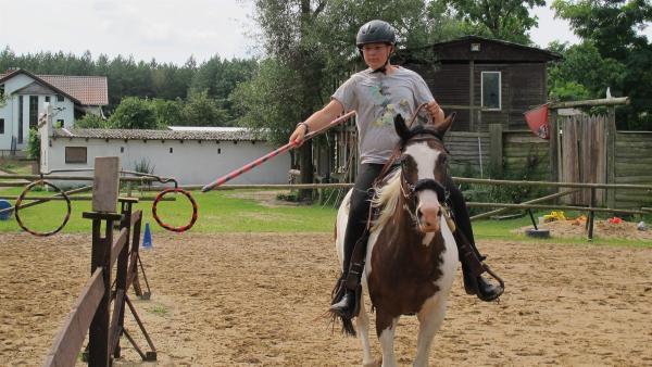 Markus beim Rittertraining mit der Lanze auf seinem Pferd Sally | Rechte: rbb/Stefanie Köhne
