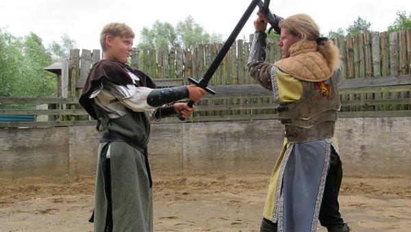 Auch der Schwertkampf will gelernt sein. | Rechte: rbb/Stefanie Köhne