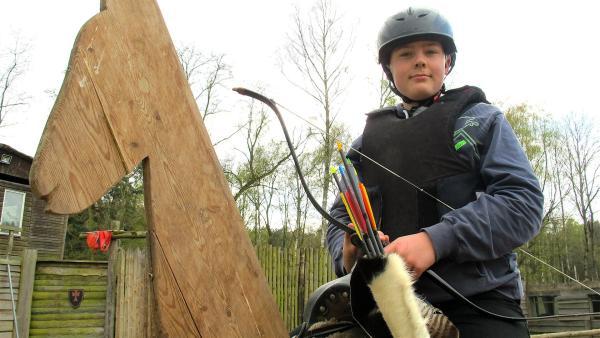 Markus trainiert auch mit Pfeil und Bogen. | Rechte: rbb/Stefanie Köhne