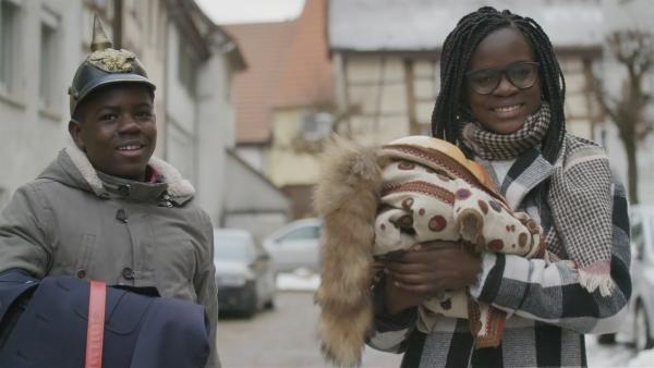 Anaica und ihr Bruder Jorlens auf dem Weg zur Großmutter, um das Narrenkleid und die Narrenpolizisten-Uniform anzupassen.   Rechte: SWR/Gigaherz GmbH