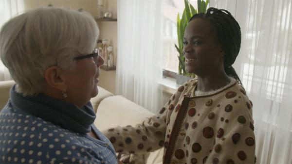 Anaica probiert das Narrenkleid bei ihrer Großmutter an. | Rechte: SWR/Gigaherz GmbH