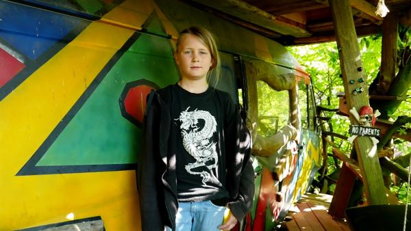 Jankos elternfreies Sommerquartier in einem Campervan hoch im Baum. | Rechte: rbb/Klaus Tümmler