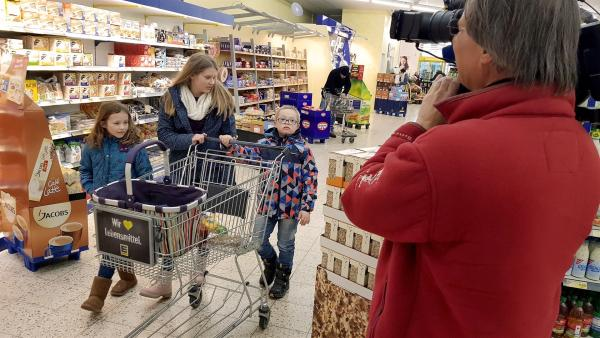 Jolina mit ihrer Schwester und ihrem Bruder beim Einkaufen in einem Supermarkt. | Rechte: hr/Bernd Götz