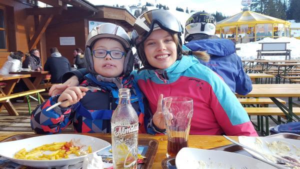 Jolina mit ihrem Bruder Luis während eine Pause beim Skifahren. | Rechte: hr/Bernd Götz
