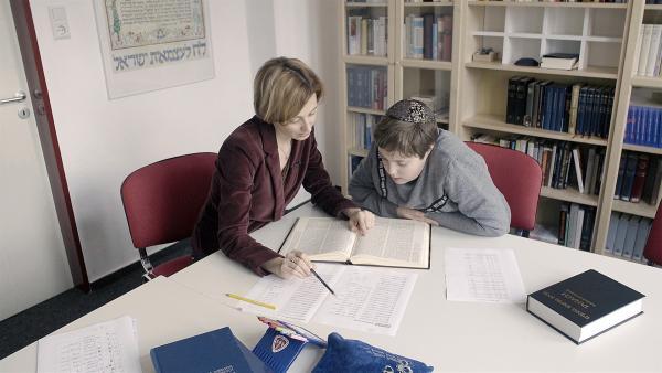 Mischa lernt in der jüdischen Gemeinde hebräisch, die Sprache der jüdischen Bibel. | Rechte: Radio Bremen / Klaus Kurth