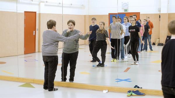 Mischa probt viele Monate mit seinem Jugendclub für den großen Auftritt beim Song Contest. | Rechte: Radio Bremen / Klaus Kurth