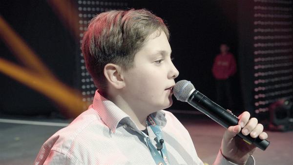Mischa probt seinen Auftritt auf der großen Bühne. Nicht ganz einfach, in einer riesigen Halle zu singen. | Rechte: Radio Bremen / Klaus Kurth