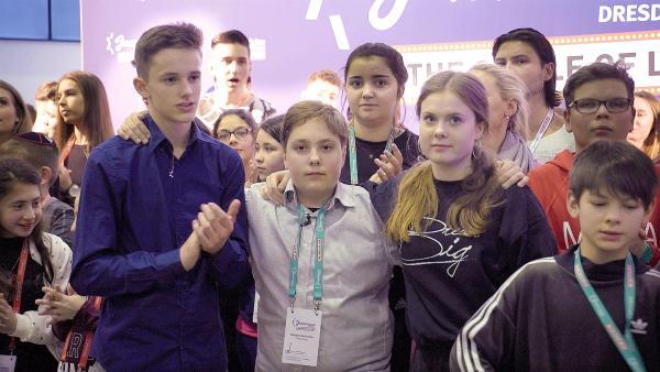Mischa und sein Team sind gespannt beim Song Contest. Welchen Platz werden sie machen? | Rechte: Radio Bremen / Klaus Kurth