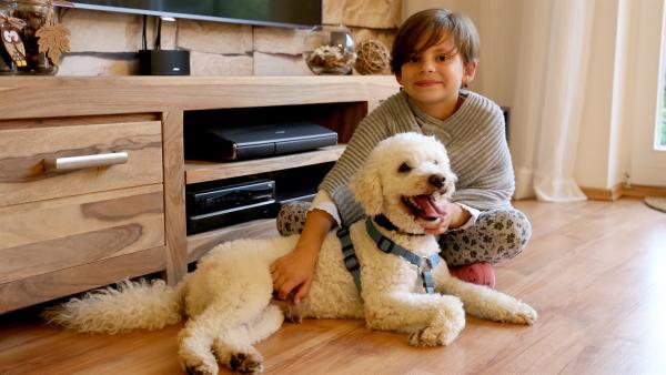 Clara mit ihrem lieb gewonnenen Pudel Curly | Rechte: MDR/Andrea Gentsch