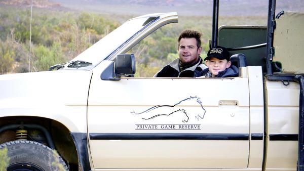 Divan, der Conservation Manager nimmt Hunter mit auf eine Safari im offenen Safariwagen.  | Rechte: © HR / Wolfgang Müller