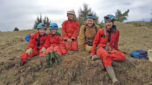 Laura mit ihren Freunden vom Höhlenverein Blaubeuren | Rechte: SWR/Gigaherz GmbH