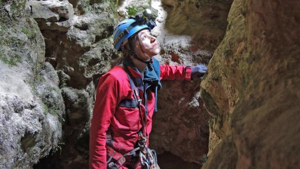 Laura in der Bärentalhöhle | Rechte: SWR/Gigaherz GmbH