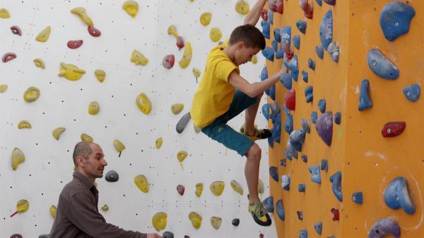 Lukáš beim Technik-Training mit seinem Trainer Martin | Rechte: KiKA/Pangolin Doxx Film