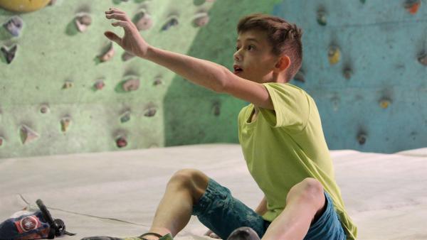 In Gedanken geht Lukáš die Routen nochmal durch, die er klettern möchte. | Rechte: KiKA/Pangolin Doxx Film