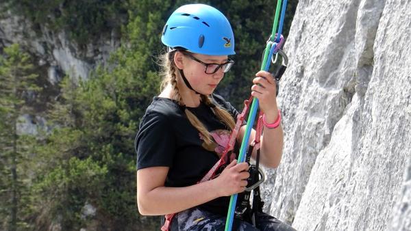 Lena liebt Berge über alles. Besonders das Klettern hat es ihr angetan. Seit einem Jahr engagiert sich die Zwölfjährige mehrmals pro Woche bei der Jugendbergwacht Bayern.  | Rechte: ©RBB