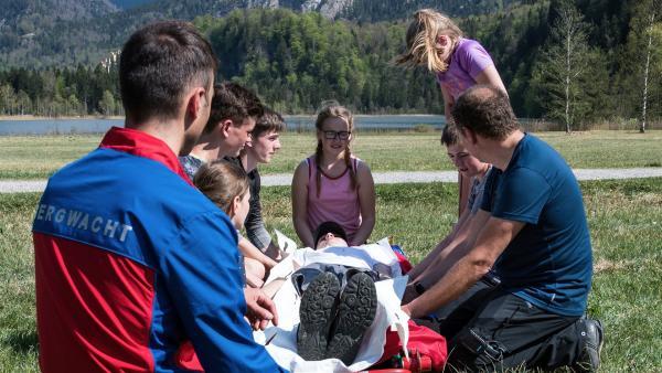 Die Jugendbergwacht übt für den Notfall die Rettung eines Verletzten. | Rechte: ©RBB