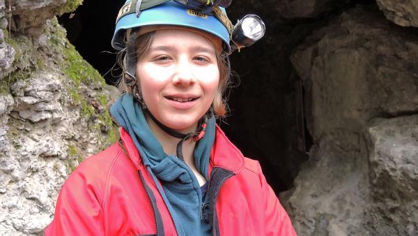 Laura vor dem Einstieg in die Bärentalhöhle | Rechte: SWR/Gigaherz GmbH