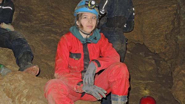 Laura im Inneren der Bärentalhöhle | Rechte: SWR/Gigaherz GmbH