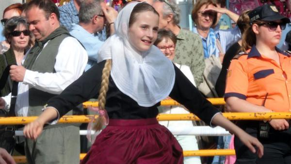 Josephine mit ihrer Gruppe bei der Tanzaufführung. | Rechte: ©HR