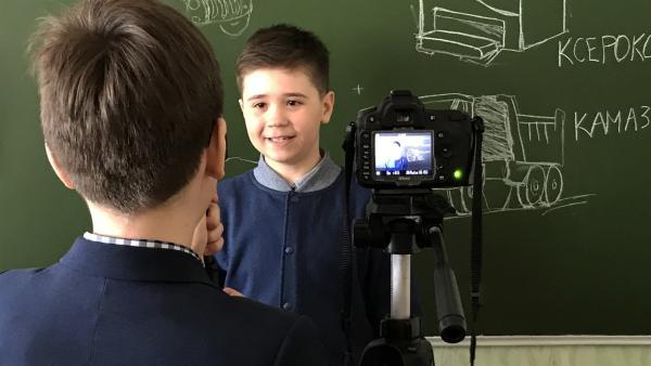 Azat ist Nachwuchsmoderator des Youtube-Kanals seiner Schule. | Rechte: KiKA