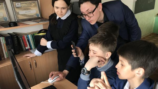 Gusel, Roman, Azat und Almaz schneiden einen Clip und bekommen Tipps von ihrem Lehrer. | Rechte: KiKA