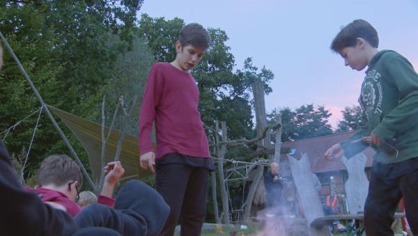 Zum freien Leben im Ökodorf gehört für Felix und Jona (re.) auch Lagerfeuerromantik. | Rechte: MDR