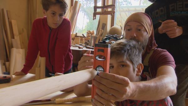 Mit Unterstützung von Tischler Andreas wollen Felix und Jona ihren ersten eigenen Bogen bauen. | Rechte: MDR