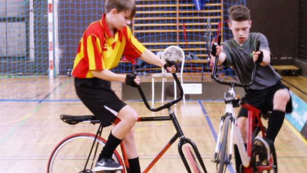Beim Radball treten je zwei Spieler - auf speziellen Rädern - gegeneinander an. Beide Teams müssen versuchen, einen Ball mittels Rad ins gegnerische Tor zu kicken. | Rechte: rbb/Frank Kleemann