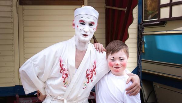 Kilian und Weissclown Gensi kurz vor dem gemeinsamen Auftritt im Zirkus | Rechte: rbb/Luana Knipfer