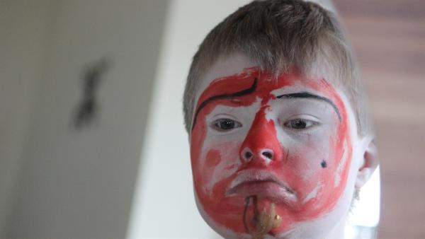 Wenn Kilian sich selbst schminkt, versinkt er ganz in dieser Rolle als Clown. | Rechte: rbb/Bernadette Hauke