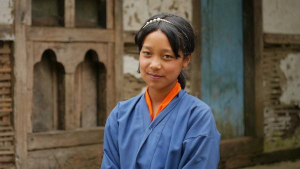 Die 12-jährige Tshering aus Bhutan in ihrer Schuluniform | Rechte: SWR/Thinley Namgay
