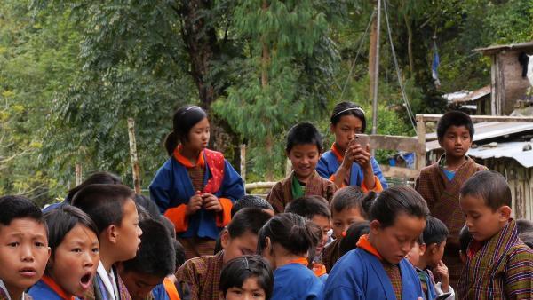 Tshering ist eine der wenigen in ihrer Schule, die ein Handy hat. | Rechte: SWR/Thinley Namgay