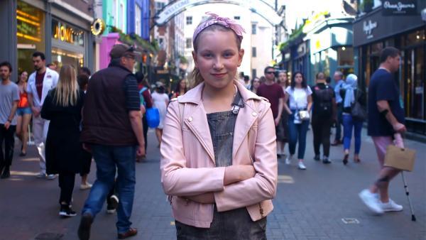 Die 12-jährige Coco im Getümmel Londons | Rechte: radio bremen/Eric Haasdonk