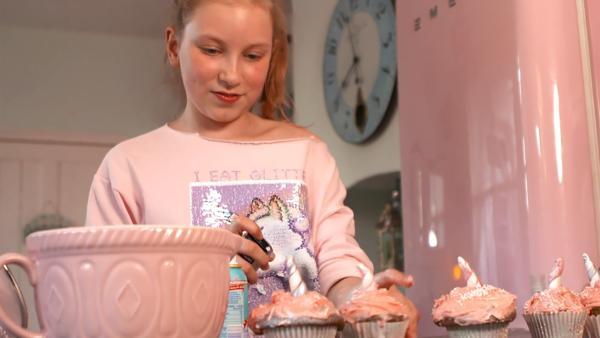 Coco beim Verzieren ihrer Einhorn-Muffins | Rechte: radio bremen/Eric Haasdonk