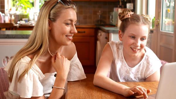 Coco und ihre Schwester Freddy beim Lesen der neuen Youtube Kommentare | Rechte: radio bremen/Eric Haasdonk