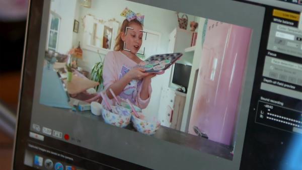 Hinter den Kulissen: Coco beim Aufzeichnen ihres Videos | Rechte: radio bremen/Eric Haasdonk