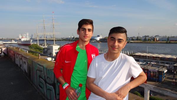 Die Begeisterung für den Fußball verbindet Milad (li.) aus Hamburg und Mohammad (re.) aus Teheran. Vor zwei Jahren haben sie sich bei einem Besuch einer iranischen Jugendmannschaft in Hamburg kennengelernt. | Rechte: rbb/Michael Enger