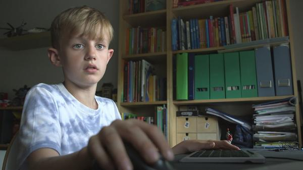 Friedrich programmiert in seinem Zimmer. | Rechte: KiKA