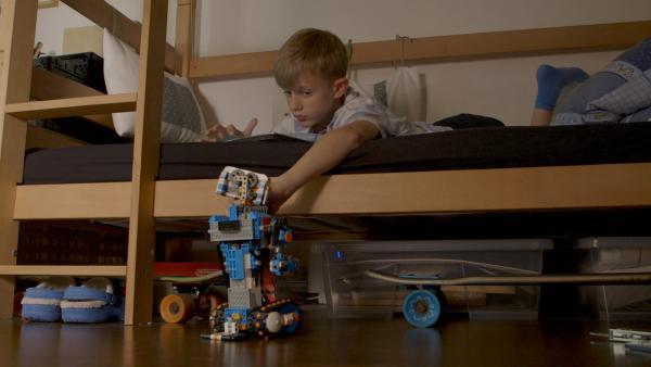 Friedrich macht es Spaß, seinen Roboter zu programmieren. | Rechte: KiKA