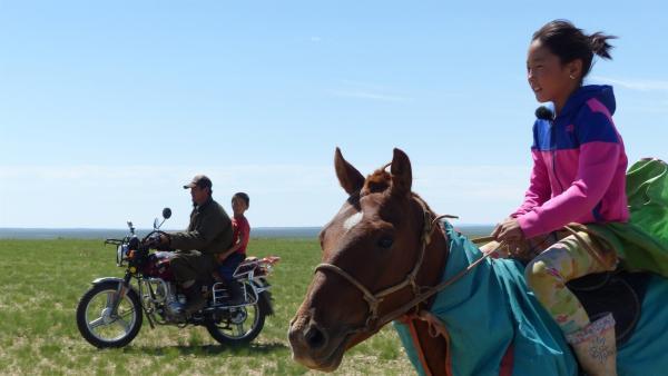 Erdene wird von ihrem Vater und ihrem Bruder auf dem Motorrad begleitet. | Rechte: rbb/Erik Lötsch