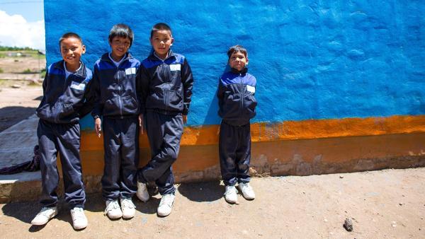In der Pause spielen Isidro (3.v.li.) und seine Mitschüler auf dem Hof der Schule. | Rechte: rbb/Hans Jakobi