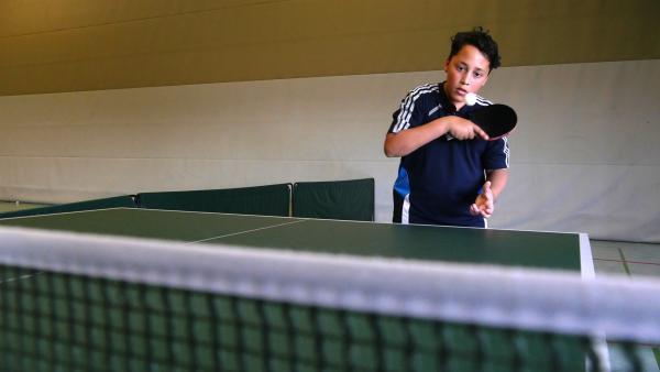 Justin hat ein zweites Hobby, er spielt im Verein Tischtennis. | Rechte: rbb/Klaus Tümmler